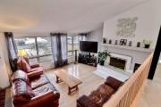 Un foyer se trouve dans le salon, qui... (Photo fournie par Centris) - image 1.0