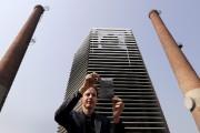 Daan Roosegaarde devant son purificateur d'air géant, à... (AP, Andy Wong) - image 5.0