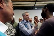 Le haut commissaire Filippo Grandi discute avec des... (Photo Ismail Zitouny, Reuters) - image 1.0