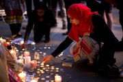 Les bougies et les fleurs s'accumulaient sur Albert... (AP, Emilio Morenatti) - image 3.0