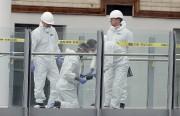 Des experts en scène de crime s'affairaient à... (AP, Kirsty Wigglesworth) - image 1.0