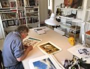 André-Philippe Côté signant des reproductions de ses oeuvres.... (fournie par Les Trafiquants d'art) - image 2.0