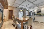 Hauts plafonds, caissons, lambris de bois, l'intérieur a... (Photo fournie par Centris) - image 1.0