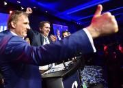 Maxime Bernier (à gauche) félicite son adversaire Andrew... (La Presse canadienne, Frank Gunn) - image 1.0