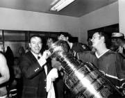 L'entraîneur-chef Scotty Bowman boit dans la coupe Stanley... (Archives La Presse) - image 3.0