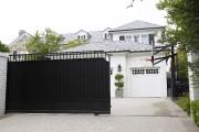 L'inscription raciste surla villa de LeBron Jamesa été... (AP, Damian Dovarganes) - image 3.0