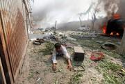Un homme blessé gît au sol après l'explosion... (REUTERS) - image 2.0