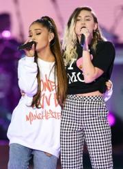 Ariana Grande et Miley Cyrus lors du spectacle... (REUTERS) - image 1.0