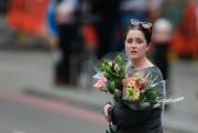Cette jeune femme a déposé des fleurs près... (AFP) - image 2.0