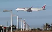 Un avion de Qatar Airways survole la ville... (REUTERS) - image 2.0