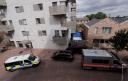 Opération policière dans le quartier de Barking, lundi.... (REUTERS) - image 3.0