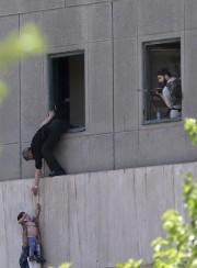 Quatre assaillants ont mené l'attaque contre le Parlement.... (AP) - image 3.0
