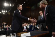 James Comey serre la main à Richard Burr, président... (AFP) - image 2.0