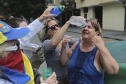 Des manifestants versent de l'eau sur les yeux... (Photo Fernando Llano, AP) - image 1.0