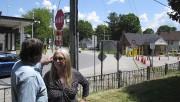 Les propriétaires devant leur résidence, d'où on aperçoit... (AP, Wilson Ring) - image 1.0