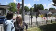 Les propriétaires devant leur résidence, d'où on aperçoit... (Photo AP, Wilson Ring) - image 1.0