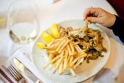 Au restaurant Chez Jules,Chrystine Brouilletchoisit toujours des cuisses... (PHOTO DAVID BOILY, LA PRESSE) - image 2.0