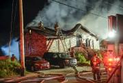 Les flammes ont fait rage durant plusieurs minutes... (Photo Le Quotidien, Michel Tremblay) - image 2.0