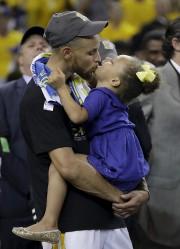 Stephen Curry avec sa fille Riley après avoir... (AP, Marcio Jose Sanchez) - image 4.0