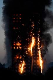 Les flammes sévissaient du deuxième au dernier étage.... (Photo REUTERS) - image 2.0