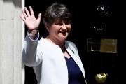 Arlene Foster salue les caméras devant la résidence... (REUTERS) - image 2.0