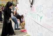 Des gens venaient rendre hommage aux victimes de... (AFP, Tolga AKMEN) - image 2.0