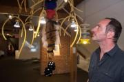 Milutin Gubash devant une de ses lampes faites... (Photo Catherine Lefebvre, collaboration spéciale) - image 3.0