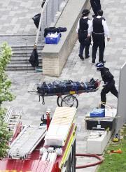 Un secouriste transporte un corps retrouvé dans les... (AP, Rick Findler) - image 3.0