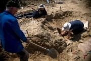 Des paléontologistes effectuent des fouilles dansle lit d'une... (AFP, NIKOLAY DOYCHINOV) - image 2.0