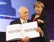 Helmut Kohl et Angela Merkel montrent une série... (AFP) - image 3.0