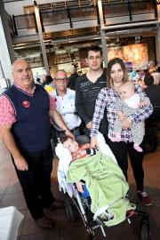 Le pompier Mario Gagnon accompagne la famille du... (Photo Le Progrès, Rocket Lavoie) - image 1.0