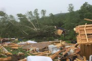 Un chalet a été détruit par la tornade.... (Photo tirée de Facebook) - image 1.1