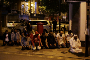 Des musulmans ont entamé des prières dans la... (AFP, Daniel Leal-Olivas) - image 1.0