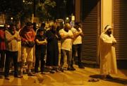 Des résidents du quartier ont prié après la... (REUTERS) - image 5.0