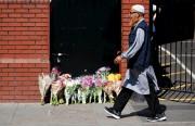 Des fleurs ont été déposées près de la... (AFP, Tolga Akmen) - image 2.0