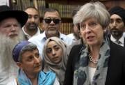 La première ministre Theresa May discute avec des... (AP, Stefan Rousseau) - image 4.0