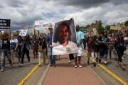 Des manifestants brandissent une image de Philando Castile... (AP) - image 2.0
