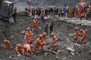 Environ 3000 secouristes seraient en quête de survivants... (AP, Ng Han Guan) - image 2.0