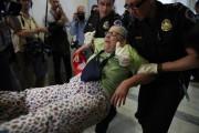 Des bénéficiaires handicapés de Medicaid ont manifesté devant... (AP) - image 2.0