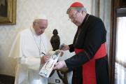 Le cardinal George Pell offrant unebatte de cricket... (ARCHIVES AP) - image 2.0