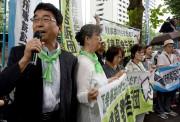 Une centaine de personnes avaient fait le déplacement,... (Photo Toru YAMANAKA, AFP) - image 1.0