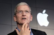 Le pdg d'Apple, Tim Cook, évite le plus... (AP) - image 3.0
