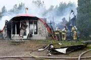 Les pompiers sont encore sur place pour déterminer... (Photo Le Quotidien, Rocket Lavoie) - image 1.0