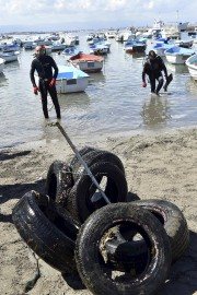 Les éboueurs de la mer peuvent faire d'étonnantes... (AFP, Ryad Kramdi) - image 2.0