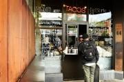La fenêtre de tacos pour emporter du restaurant... (PHOTO BERNARD BRAULT, LA PRESSE) - image 2.0