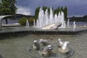 La fontaine de bélugas signée Serge Boily attire... (Photo Le Quotidien, Roger Blackburn) - image 3.0