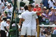 Novak Djokovic fait l'accolade à Martin Klizan après... (AFP) - image 2.0