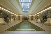 La piscine intérieure... (AFP, Patrick Kovarik) - image 2.0