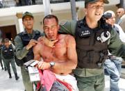 Un manifestant pro-Maduro est escorté par les services... (REUTERS) - image 3.0