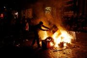 Des manifestants ont allumé plusieurs petits feux en... (AFP) - image 2.0